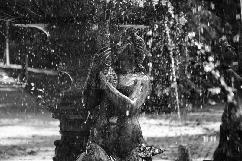 En sirenuppehälle i en springbrunn, Vrsac, Serbien royaltyfria bilder