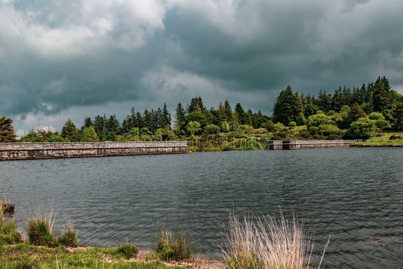 En sjö i den Dartmoor nationalparken arkivbilder