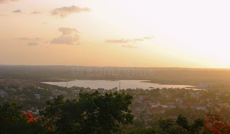 En sjö som ses från Nrupatunga Betta, Hubli, Karnataka fotografering för bildbyråer