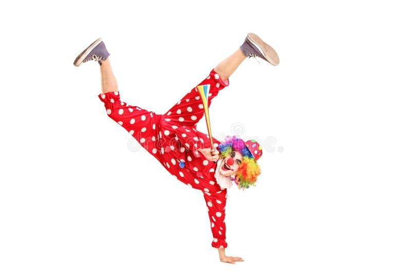 En skämtsam lycklig clown som rymmer en horn royaltyfri fotografi
