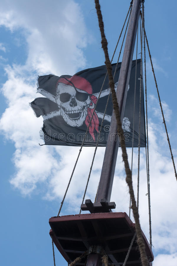 En skalle och arga ben piratkopierar flaggan royaltyfria foton