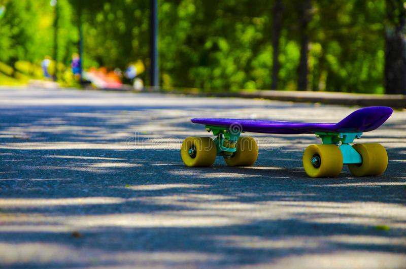 En skateboard p? v?gen royaltyfri bild