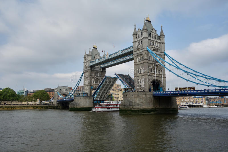 En skeppbortgång under tornbron royaltyfria foton