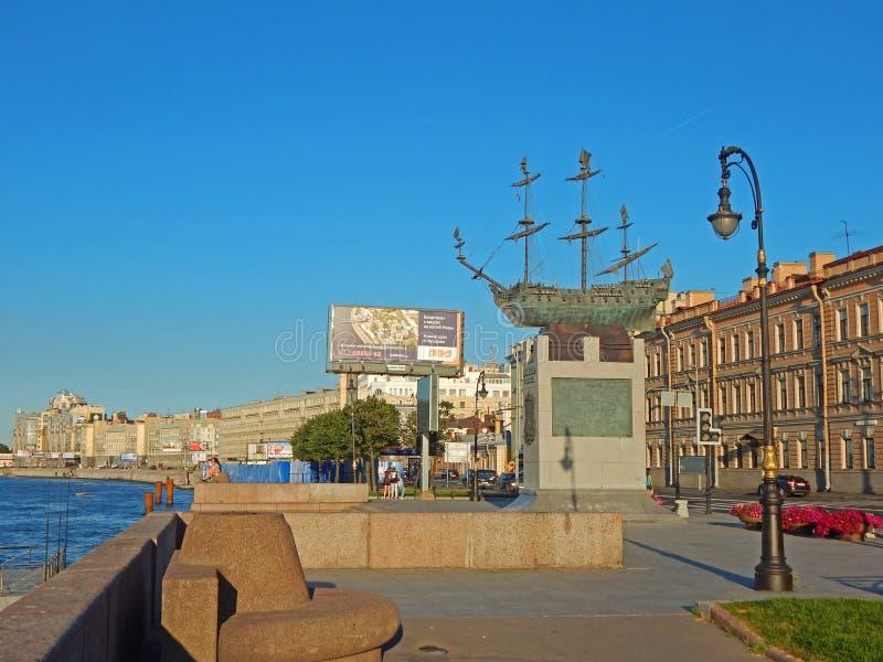 En skeppmonument på den Neva invallningen arkivfoto
