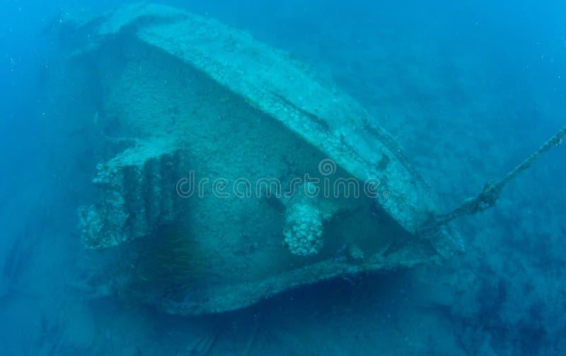 En skeppsbruten bogserbåt i tropiskt vatten arkivbild