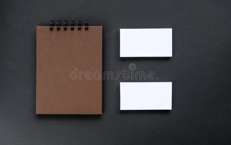 En sketchpad med bruna sidor och tomma affärskort fotografering för bildbyråer