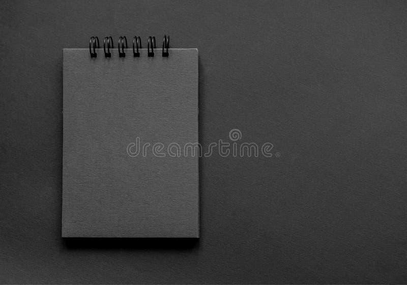 En sketchpad med svarta sidor royaltyfri bild