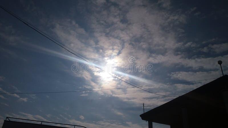 En skinande himmel arkivbilder