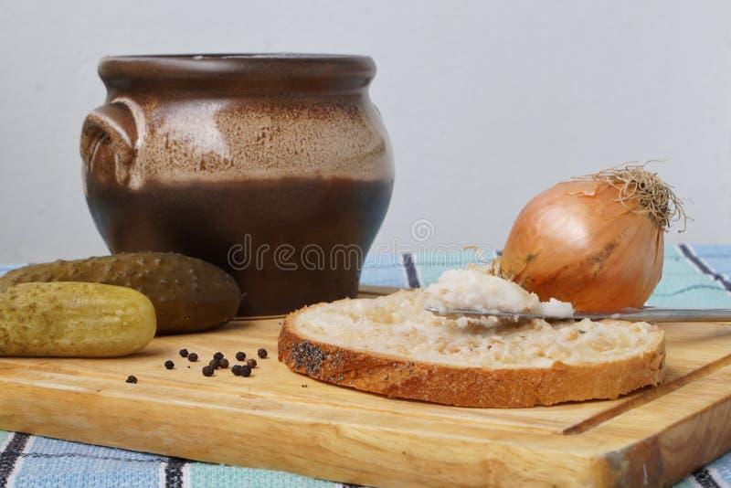 En skiva av bröd med hemlagat späcker royaltyfria foton
