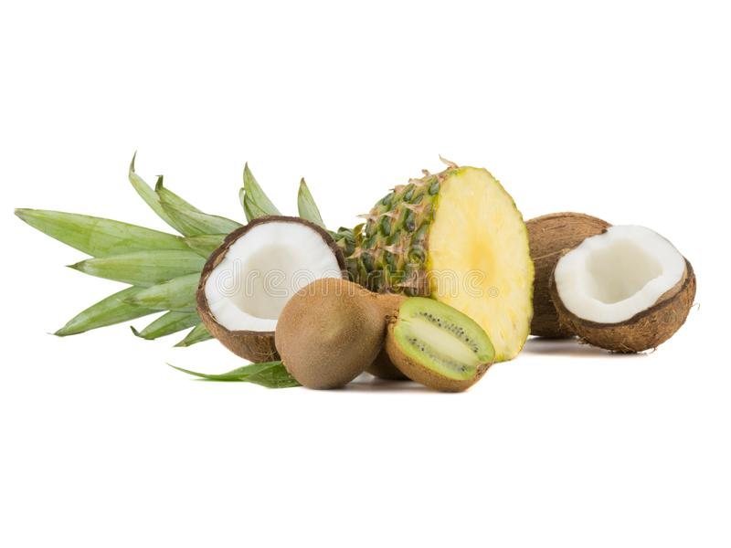 En skivad exotisk ananas, passionfrukt, kokosnöt och kiwi som isoleras på en vit bakgrund royaltyfri bild
