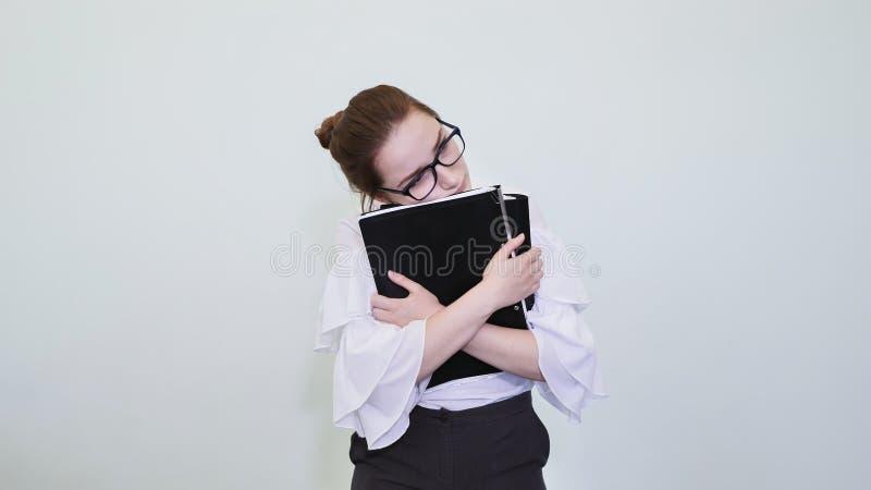 En skolflicka i exponeringsglas visar en lyckad flicka med anmärkningar En student visar en drömmeri Lösningen av problemet arkivfoto