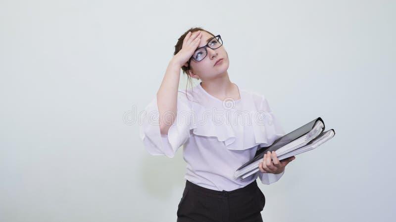En skolflicka i exponeringsglas visar en lyckad flicka med anmärkningar En student visar en drömmeri Lösningen av problemet fotografering för bildbyråer