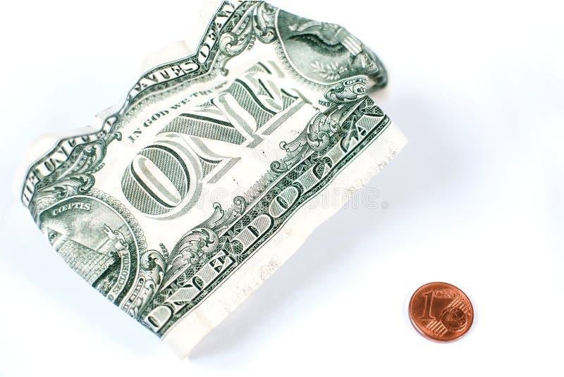 En skrynklig US dollar och 1 mynt för eurocent är på en vit bakgrund Sist dollar Begreppet av armod Dåligt utbyte arkivfoton