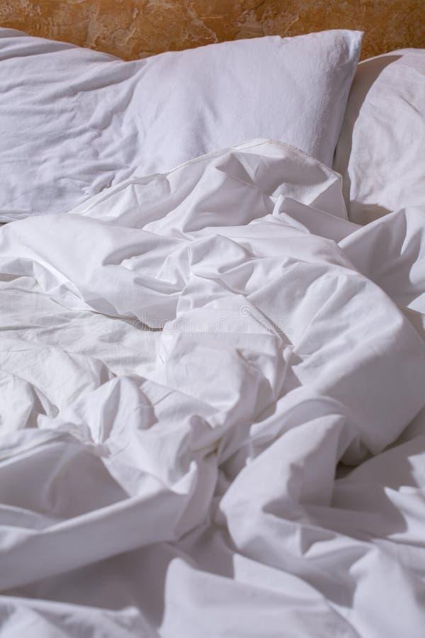 En skrynklig vit säng fotografering för bildbyråer