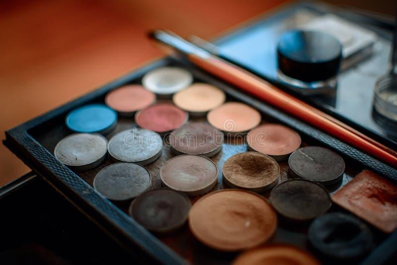 En skuggapalett med borstar för olika typer av makeup royaltyfri foto