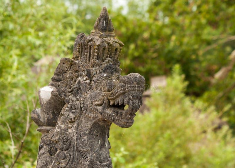 En Skulptur Av Draken Med Den Rasande Framsidan Royaltyfri Foto