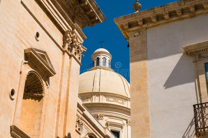 En skymt av den sena barocka arkitekturen i Noto, Italien royaltyfri foto