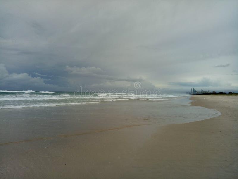 En skymt av stadsliv från havet fotografering för bildbyråer