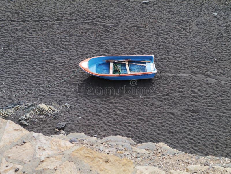 En skyttel på den svarta stranden av Fuerteventura arkivbilder