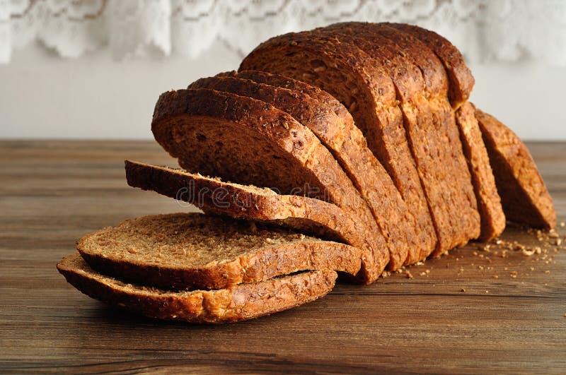 En släntra av bröd för helt vete royaltyfri foto