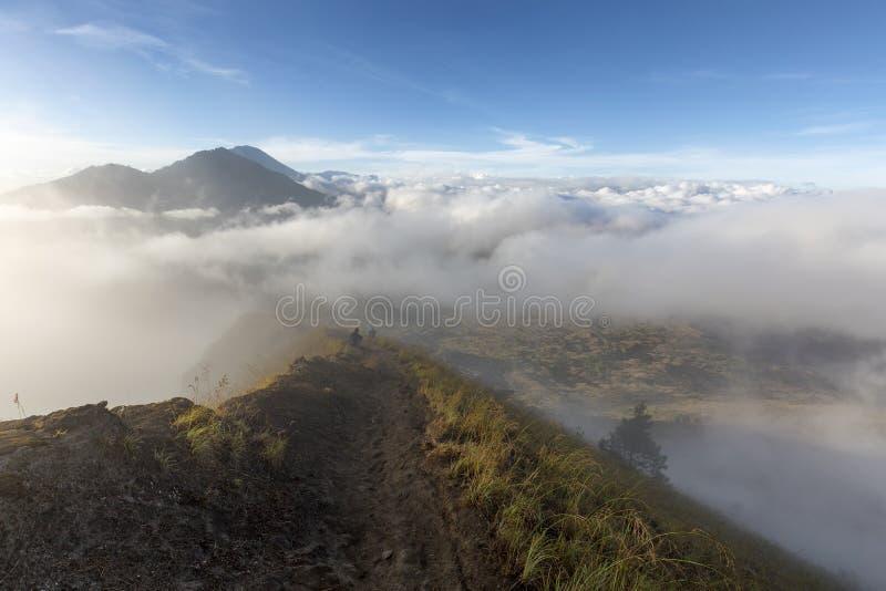En slinga runt om calderaen av monteringen Batur arkivfoto