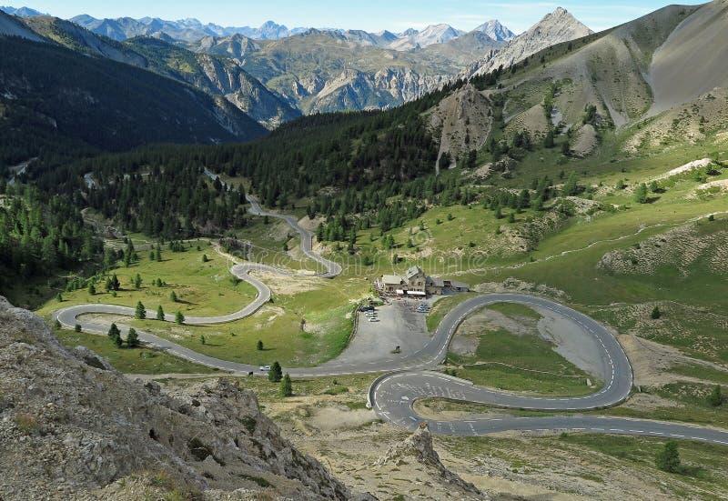 En slingrig bergväg i Frankrike royaltyfri bild