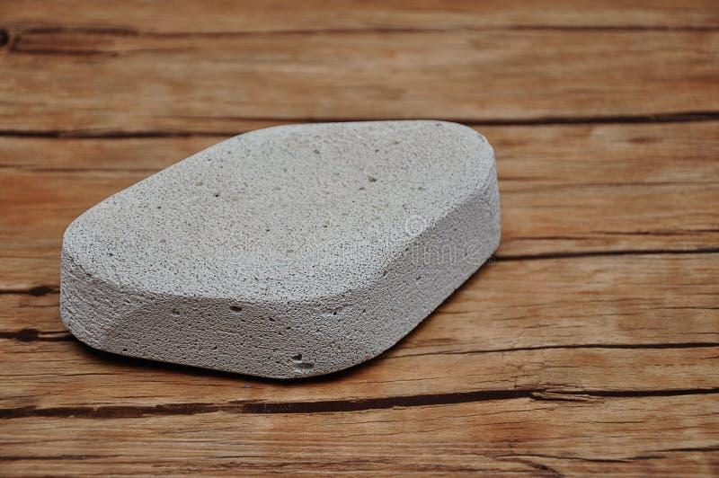 En slipande sten som tar bort torr hud från hälet royaltyfri foto