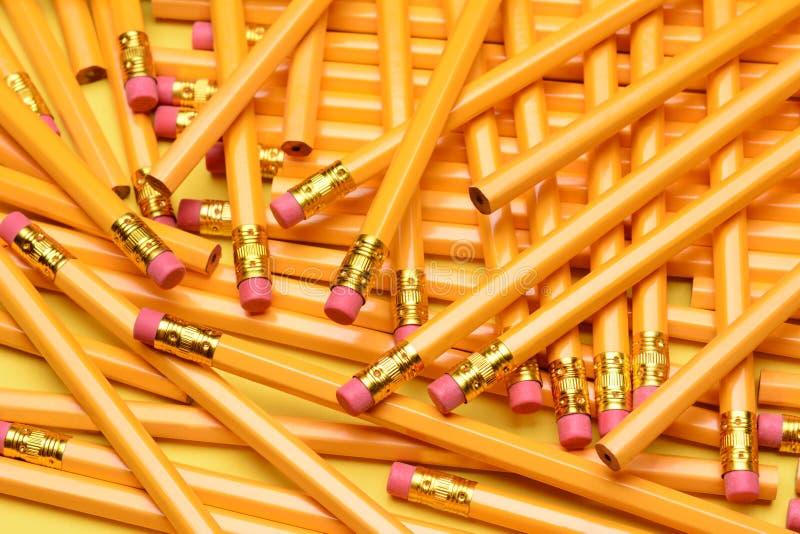 En slumpmässig hög av blyertspennor arkivbild