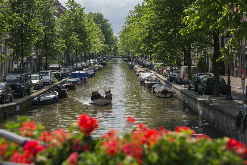 En slup på en Amsterdam kanal royaltyfria bilder