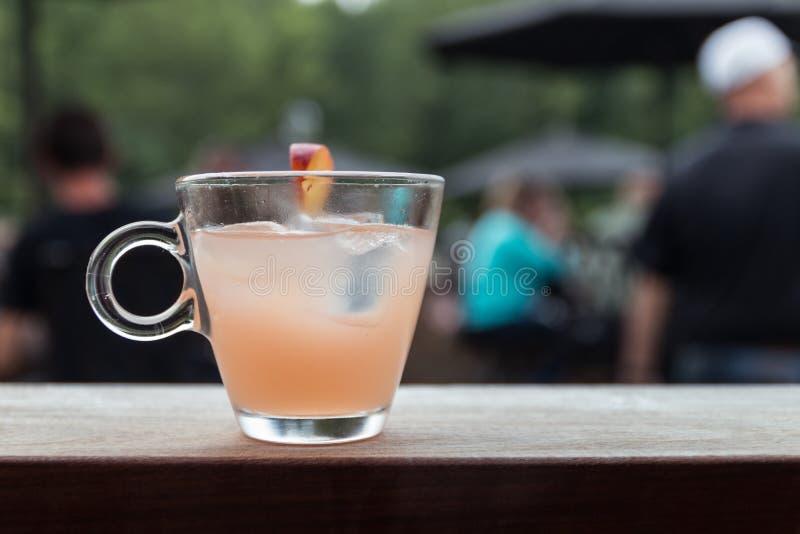 En smaksatt blandad drink för persika arkivbilder