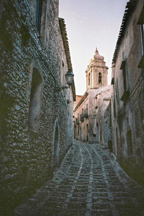 En smal bakgata i Italien royaltyfri fotografi