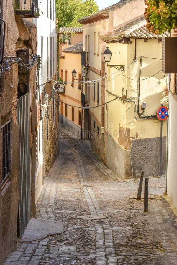 En smal bakgata i Toledo royaltyfria foton