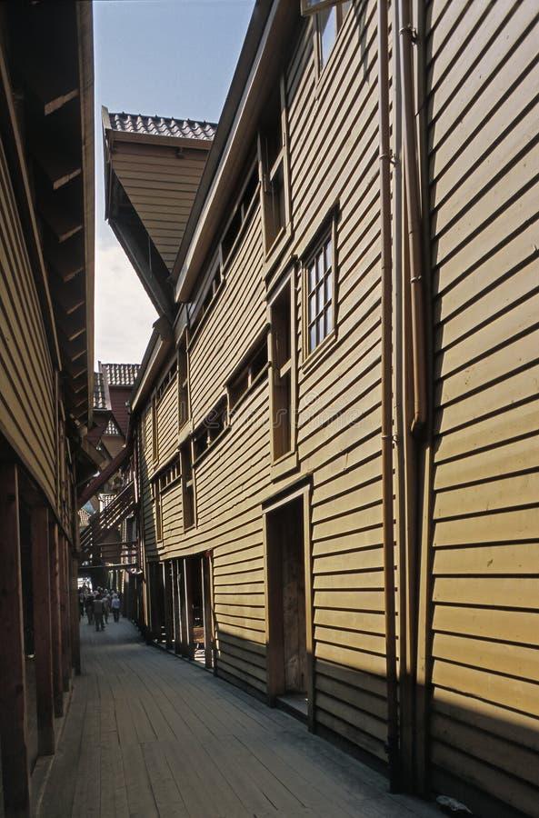 En smal bakgata med träbyggnader i Bryggen, Bergen, Norge arkivbilder