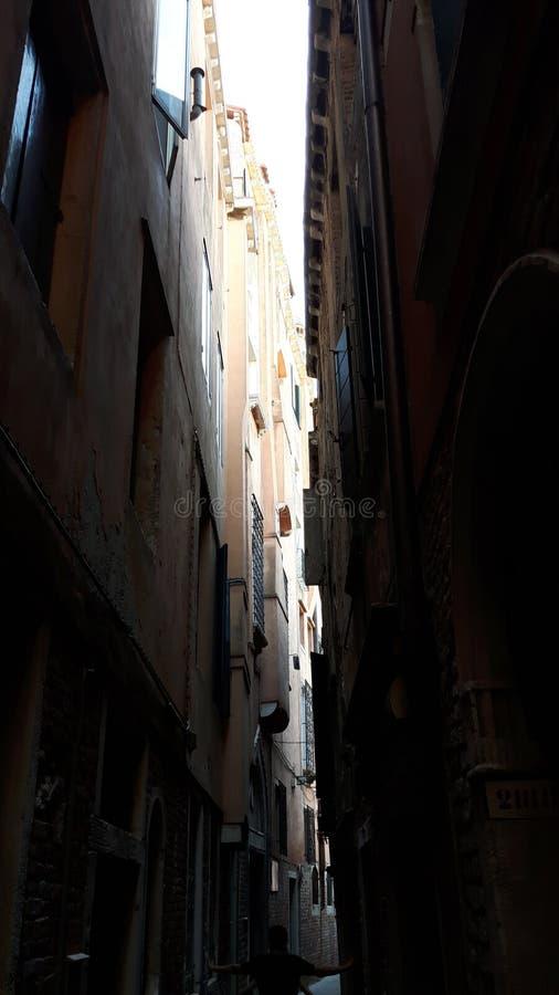 En smal gata av Venedig royaltyfria foton