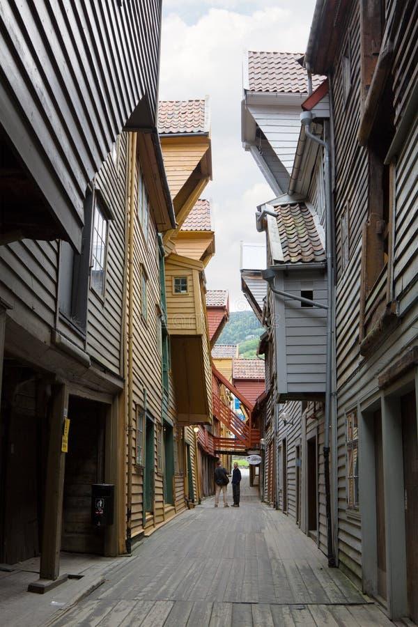 En smal passage mellan hus i Bryggen arkivfoton