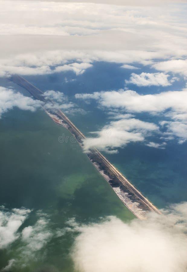 En smal remsa av land i havet arkivbilder