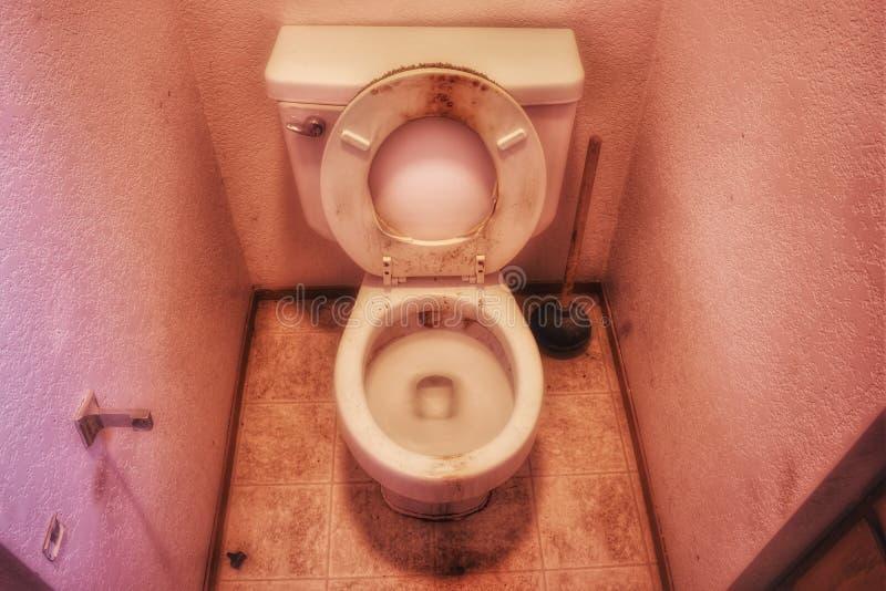 En smutsig toalett i behov av en allvarlig lokalvård royaltyfria bilder