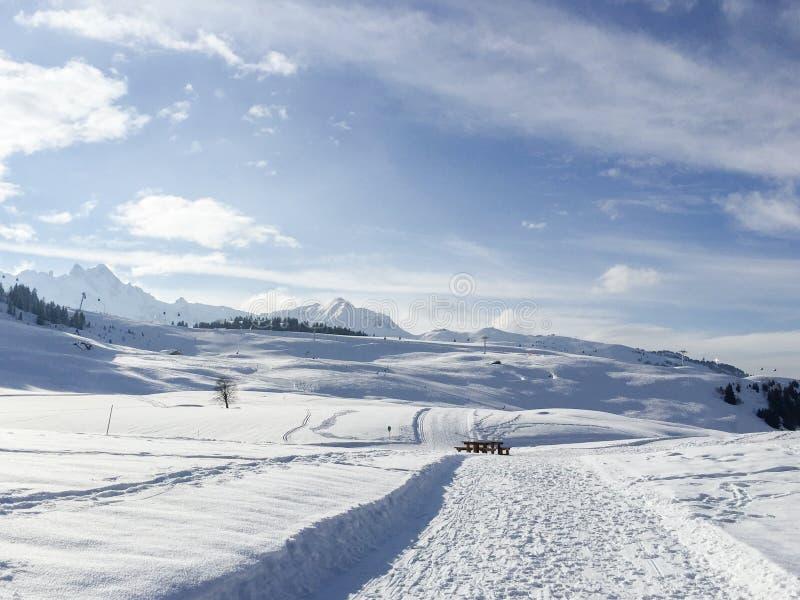 En snöbana i berget arkivfoto