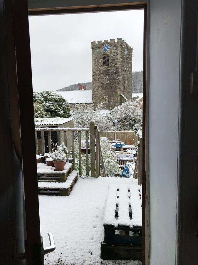 En snöig Conwy kyrka royaltyfri foto