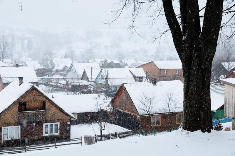 En snöig vinterplats med fallande snö från Carpathian region, Ukraina, Europa arkivbild