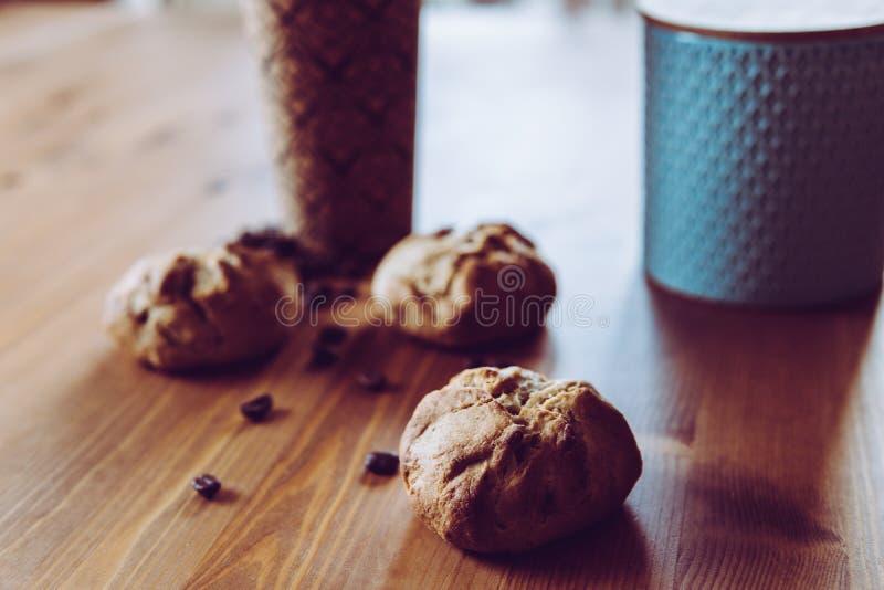 En snabb frukost - bröd och kaffe royaltyfri foto