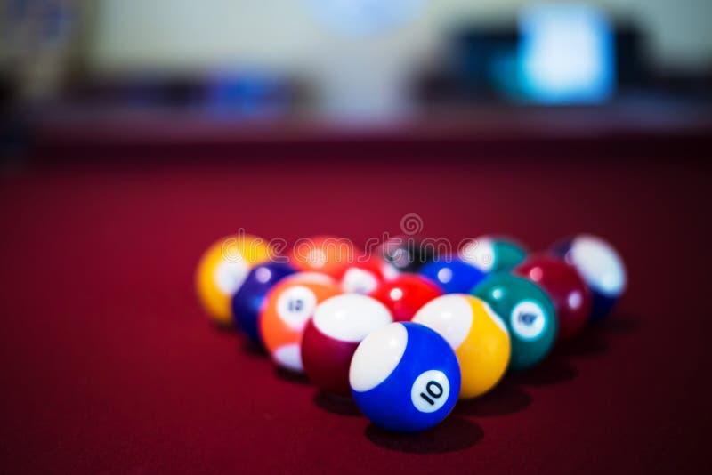 En snooker klumpa ihop sig och tabellen i en sikt för hög vinkel royaltyfri bild