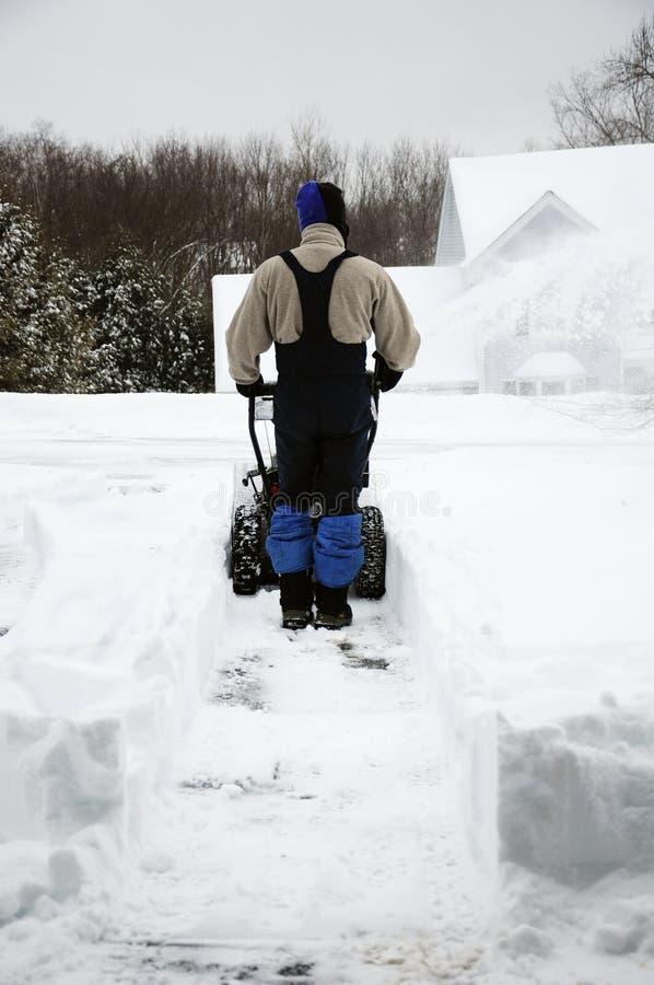 En snowblowing snö för man royaltyfri foto