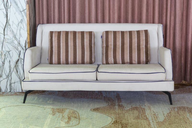 En soffa i vardagsrum med inget royaltyfria bilder
