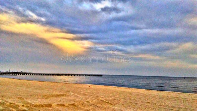 En sol kysst strand fotografering för bildbyråer