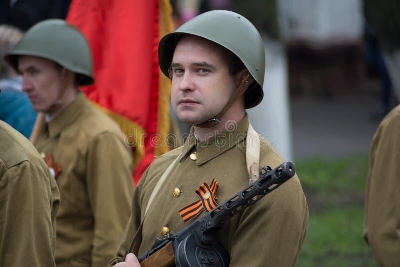 En soldat i likformign av en sovjetisk soldat fotografering för bildbyråer