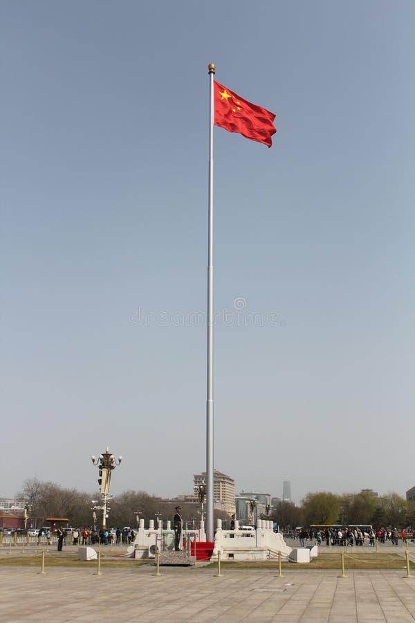 En soldat som bevakar en kinesisk flagga royaltyfria bilder