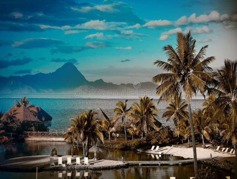 En solnedgång över havet och berget. Polynesien. Tahiti med en retro effekt arkivfoton