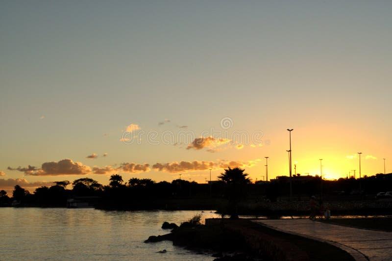 En solnedgång i en sjö royaltyfri bild