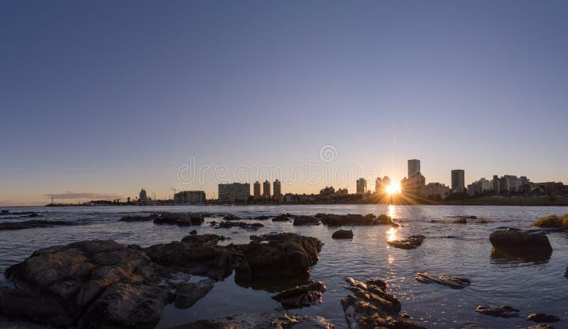 En solnedgång i Montevideo arkivbild